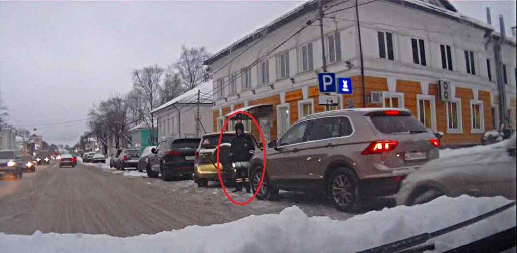 Сотрудник ГИБДД за пешеходным переходом на Советском проспекте в Череповце